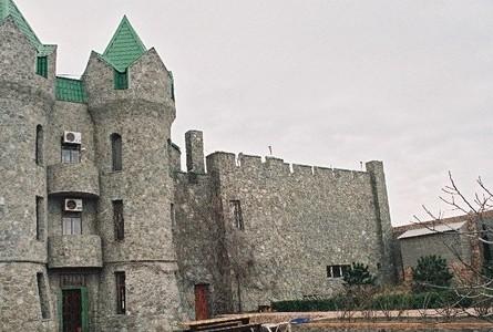 дом в виде замка возле моря