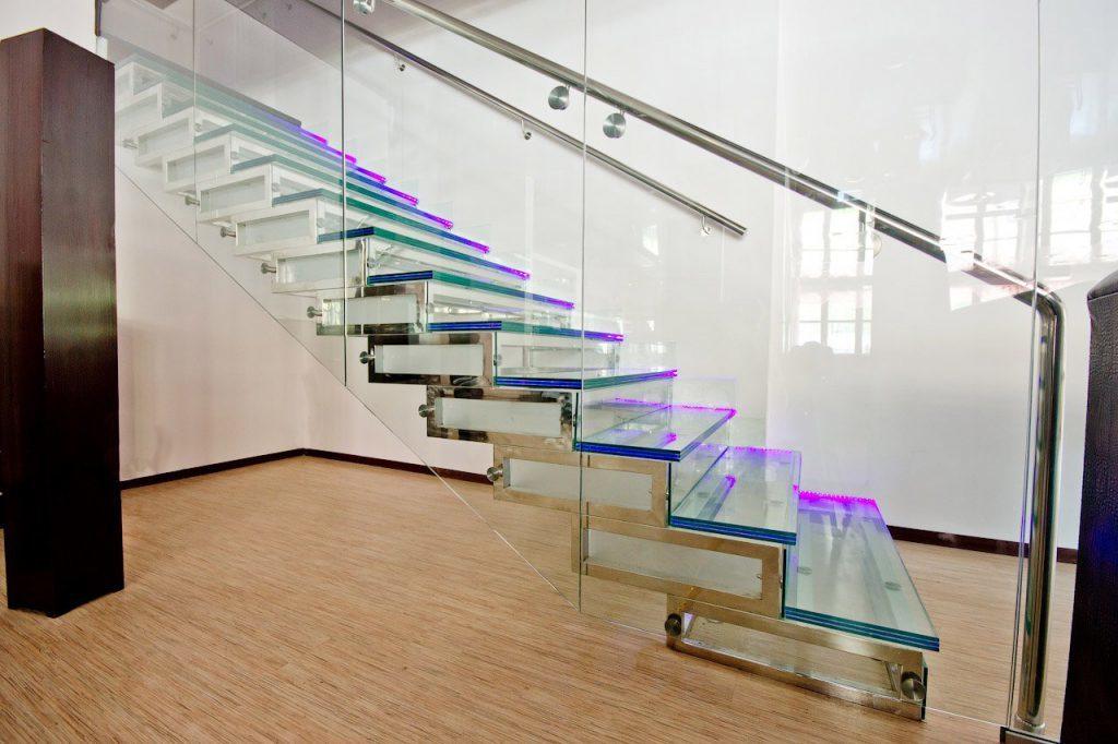 5 вариантов лестниц в интерьере гостиной